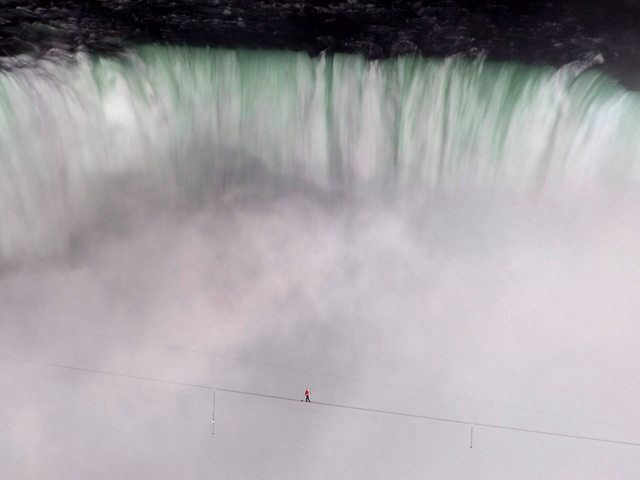 Nik-Wallenda-tightroping-over-Niagara-Falls-1cv324b